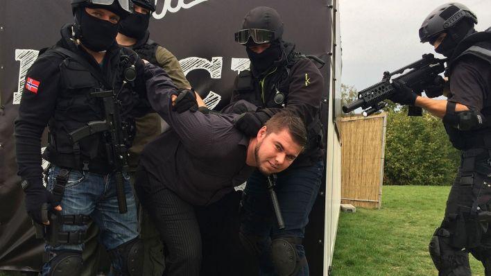 Als Unsere Gewinner Versucht Haben Den Koffer Zu Offnen Ging Das Licht Aus Und Der Blackroom Wurde Vom SWAT Gesturmt